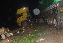 Photo of Tài xế nồng mùi rượu lái xe đầu kéo tông bay lan can, vắt ngang đường sắt Bắc – Nam