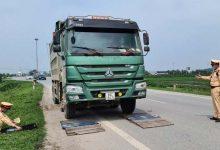 """Photo of """"Chim mồi"""" theo dõi khiến công an Bắc Ninh khó xử lý xe quá tải, quá khổ"""