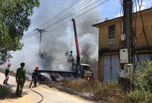 Photo of Cần cẩu vướng dây điện, xe tải cháy rụi, tài xế tử vong thương tâm