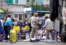 Photo of Tài xế bật khóc khi được người dân giúp đỡ cứu xe chở bia bị lật