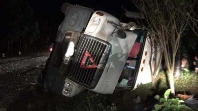 Photo of Xe container vào cua phanh gấp, lật đổ đè bẹp xe limousine khiến 3 người tử vong