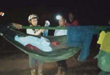 Photo of 16 thanh niên xuyên đêm khiêng nữ bệnh nhân vượt 40km đường rừng đi cấp cứu