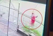 Photo of Video: Khoảnh khắc người phụ nữ lọt xuống mương nước ven đường và trôi mất tích