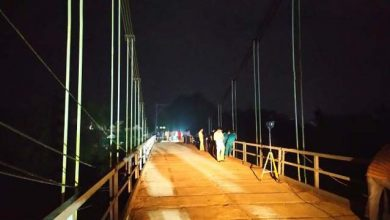 Photo of Ôtô tȏng xe máy rồi húc lan can cầu rơi xuống sông, 5 người tử vong thương tâm